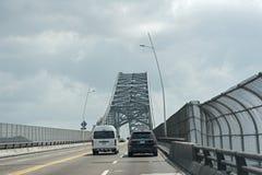 Drogowy ruch drogowy na moście Americas wejściowi Panama kanał w zachodzie Panama miasto Panama zdjęcia royalty free