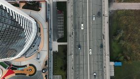 Drogowy widok od above Most, powietrzny materia? filmowy od helikopteru Odg?rny widok spos?b w centrum biznesu Stary ?amaj?cy zdjęcie wideo