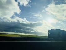 Drogowy widok z drogą, asfaltem, chmurami i ciężarówką w Francja Europa, zdjęcie royalty free