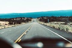 Drogowy widok z wewnątrz samochodu za konsolą Obrazy Royalty Free