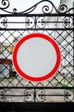 Drogowy znak Żadny wejście na żelaznej bramie zdjęcie stock