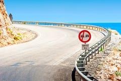 Drogowy znak i halna droga wzdłuż morza Zdjęcia Stock