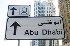 Drogowy znak jest w Dubaj ulicie obraz royalty free