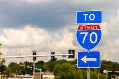 Drogowy znak kieruje Międzystanowa I-70 autostrada zdjęcie stock