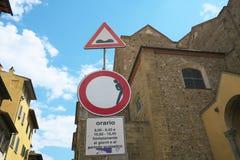 Drogowy znak nierówna droga i ograniczony pojazd, Florencja zdjęcie stock