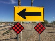 Drogowy znak przy końcówką droga - prawy zwrot tylko jeden sposób obraz stock
