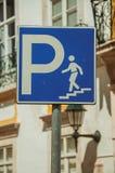 Drogowy znak wskazuje drabin? dla parking pod ulic? obrazy royalty free