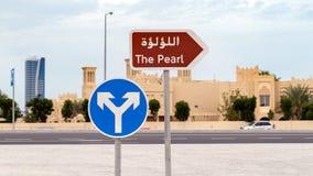 Drogowy znak wskazuje Perełkowego teren w Doha, Katar fotografia stock