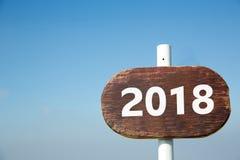 Drogowy znak z 2018 na drewnianym tle Fotografia Royalty Free