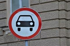Drogowy znak z prohibicją transport samochody fotografia stock