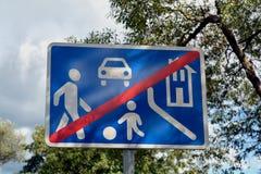 Drogowy znak z symbolu ir parkiem Fotografia Royalty Free
