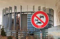 Drogowy znak zabrania dostęp motocyklu i moped samochody na w obrazy royalty free