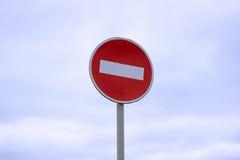 Drogowy znak zabrania wejście samochody przeciw niebieskiemu niebu i Zdjęcia Royalty Free
