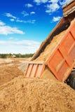 Drogowych prac tipper unloadding piasek przy budową Zdjęcie Royalty Free