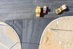 Drogowych rolownik?w niwelacyjny asfalt na drodze Powietrzny odg?rny widok obraz stock