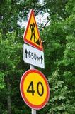 drogowych znaków prędkości ograniczenie i naprawia drogę Zdjęcia Royalty Free