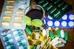 Drogrecept för behandlingläkarbehandling Farmaceutisk medikament, bot i behållaren för hälsa Apotektema Royaltyfria Bilder