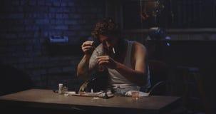 Drogue de chauffage d'homme dans une cuillère clips vidéos