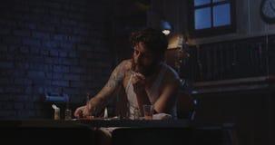 Drogue de chauffage d'homme dans une cuillère banque de vidéos