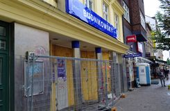 Droguería destruida de Budnikovsky en el ` s Schanzenviertel de Hamburgo enfrente del centro alternativo Flora roja un día despué Foto de archivo