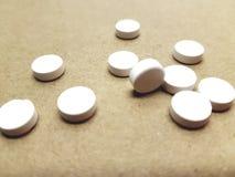 Drogues blanches sur la table Pilules contre le mal de tête Durée toujours des pilules image libre de droits