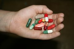 Drogues dans une main modifi?e d'enfant Photographie stock