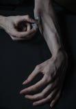 Drogues de seringue d'intoxiqué de mains photographie stock