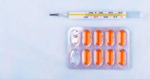 Drogues et thermomètre de pilules Image libre de droits