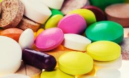 Drogues, pilules, comprimés et capsules pharmaceutiques assortis de médecine photos libres de droits