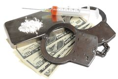 Drogues, seringue avec le sang, menottes et argent sur le blanc Images libres de droits
