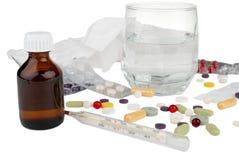Drogues, thermomètre et glace avec de l'aspirine Photo stock