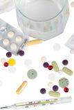 Drogues, thermomètre et glace avec de l'aspirine Photos stock