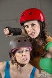 Drohende Rolle Derby Skaters Stockbild