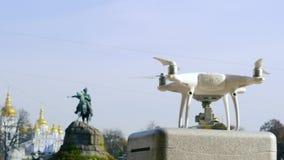Drohne entfernt sich gegen das Monument stock footage