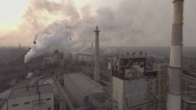 drohne Fliegen über die metallurgische Anlage Ein weites Gebiet Rohre kommt viel schmutziger Rauch heraus stock video