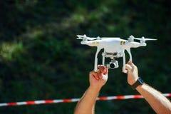 Drohne mit Kamera bemannt herein Hände Stockfotografie