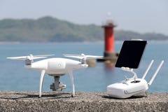 Drohne und Fernprüfer Stockfoto