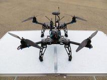 Drohnenbauprozess und Zusammenbau von elektronischen Teilen für ein q lizenzfreies stockfoto