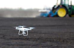 Drohnenfliegen über Ackerland Lizenzfreies Stockfoto