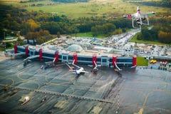 Drohnenfliegen über dem Flughafen Stockfoto