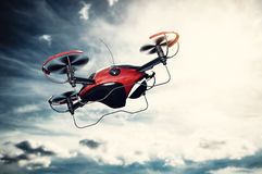 Drohnenfliegen bei Sonnenuntergang Sun, der auf drastischem Himmel scheint lizenzfreies stockbild