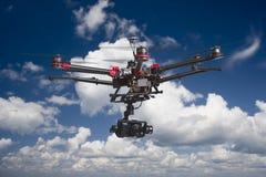 Drohnenfliegen in den Wolken Stockbild