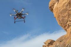 Drohnenfliegen entlang Sandsteinklippe Lizenzfreies Stockfoto