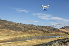 Drohnenfliegen mit einer Kamera Stockfoto