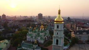 Drohnenfliegen um Heiliges Sophias Kathedrale, Kiew, Ukraine stock footage
