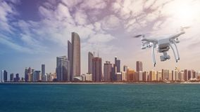Drohnenfliegen vor Abu Dhabi Skyline Stockbilder