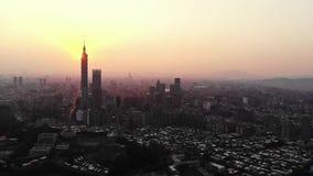 Drohnenvideofliegen über Ho Chi Minh City-Skylinen und -wolkenkratzer in der Mitte des Herzgeschäfts an Ho Chi Minh City-Stadtzen stock video footage