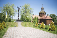 Drohobych, δυτική Ουκρανία - 3 Ιουνίου 2017: Μνημείο της φήμης στους μαχητές για την ελευθερία της Ουκρανίας και του αρχαίου ξύλι στοκ φωτογραφία