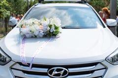 Drohobych, de Oekraïne - Juli 22, 2018: Hyundai Santa Fe verfraaide op huwelijksdag, decoratie op autokap, organisatie zelfs van  stock foto