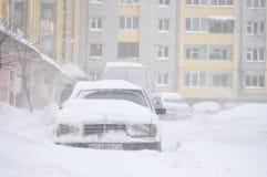 Drohobych, Ucrânia - March15, 2013: Mercedes-Benz e outros carros obstruídos pela neve, neve-paralisia do tráfego, rua coberto de Imagens de Stock Royalty Free